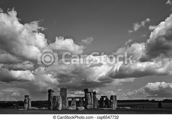 aligné, stonehenge, coucher soleil, midsummer, levers de soleil, angleterre, célébrer, solstice., midwinter - csp6547732