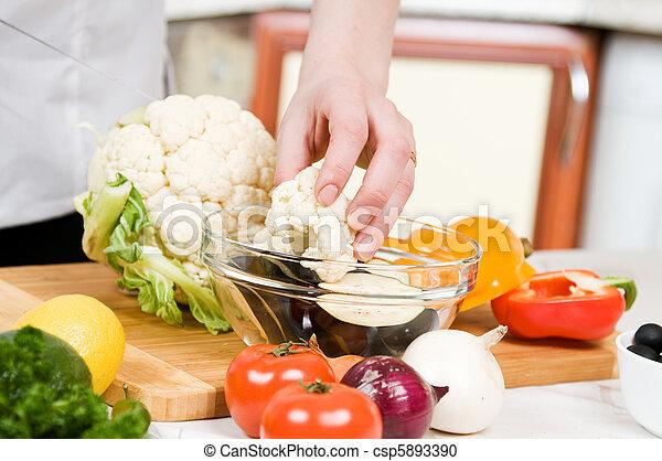 Cocinar comida - csp5893390