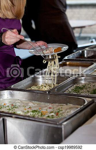 La gente organiza comida de buffet - csp19989592