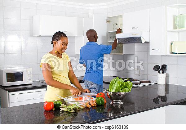 Una pareja preparando comida - csp6163109