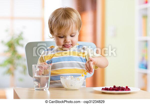 Niños comiendo comida saludable con cuchara - csp31234829