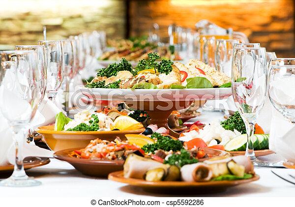 Una mesa de comida para la decoración - csp5592286