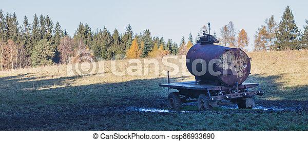 alkoholik, cisterna, namočit, dobytek, krmivo - csp86933690