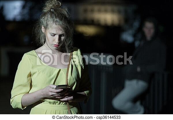 Frauen, die einen Nachtstand suchen