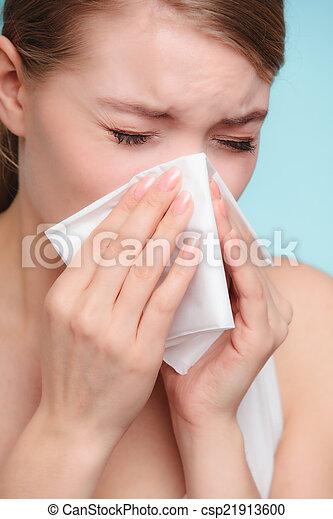 Alergia a la gripe. Chica enferma estornudando en tejido. Salud - csp21913600