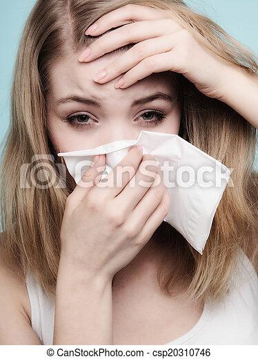 Alergia a la gripe. Chica enferma estornudando en tejido. Salud - csp20310746