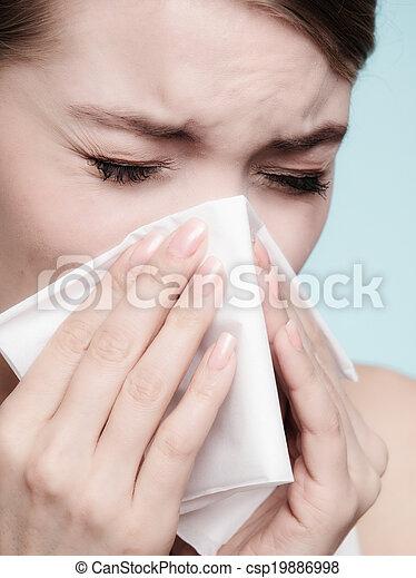 Alergia a la gripe. Chica enferma estornudando en tejido. Salud - csp19886998