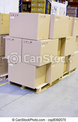Cajas de cartones en el depósito - csp8392070