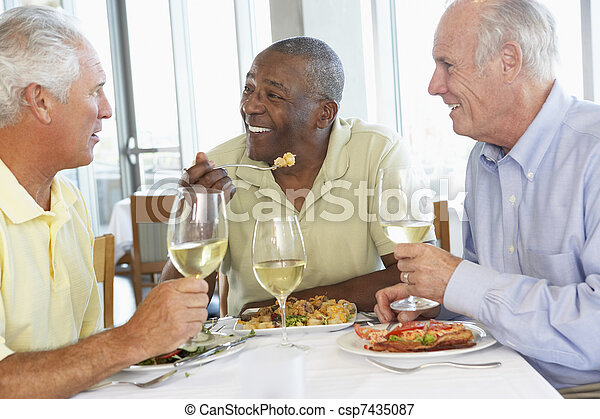 almoço, amigos, tendo, junto, restaurante - csp7435087