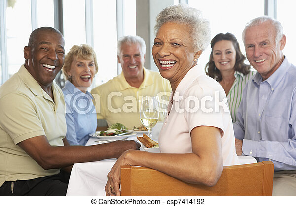 Amigos comiendo juntos en un restaurante - csp7414192
