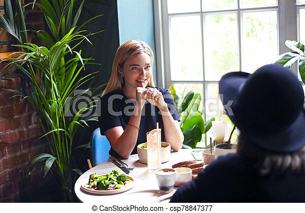 almuerzo, niñas, café, feliz, joven, reunión - csp78847377