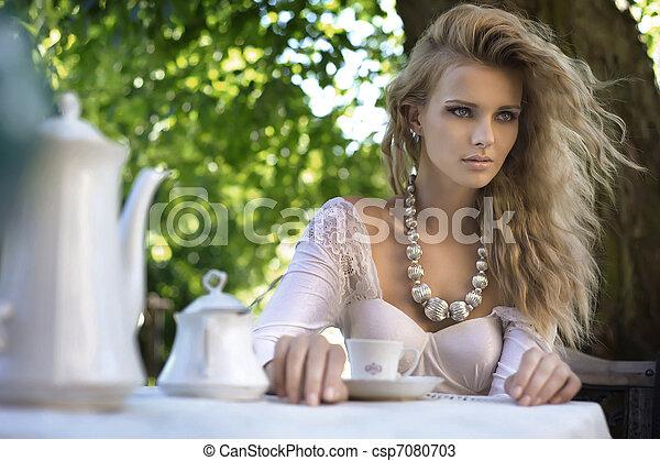 Belleza joven en la mesa de almuerzo en el jardín - csp7080703
