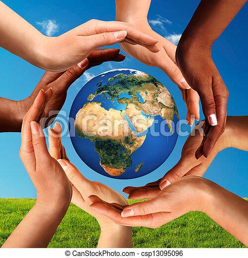 Manos multirraciales en todo el mundo - csp13095096