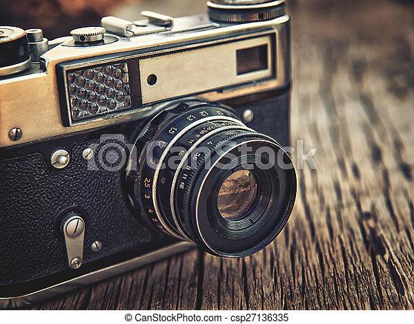 Old Vintage Camera Closeup auf Holz-Hintergrund - csp27136335