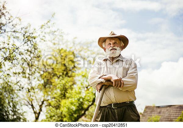 Der alte Bauer auf der Wiese - csp20412851