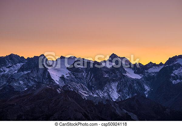 altitude., vista, des, m), colorito, crepuscolo, chiaro, massiccio, cielo, ecrins, alto, arancia, france., distante, telefoto, ghiacciai, sky., maestoso, (4101, oltre, picchi - csp50924118