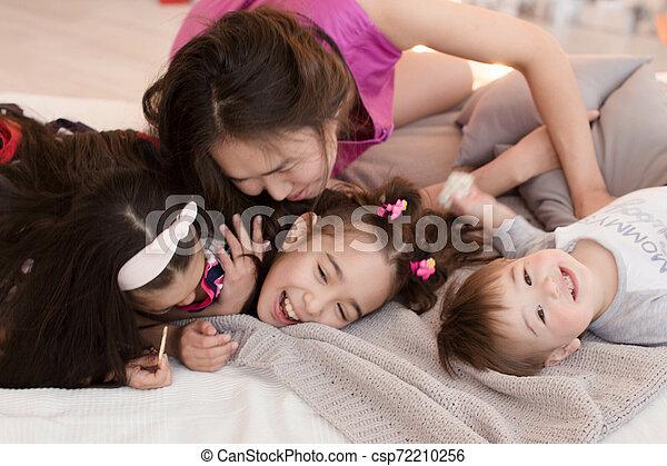 Una familia joven con niños pequeños. El concepto de una gran familia feliz. Abrazos de seres queridos - csp72210256