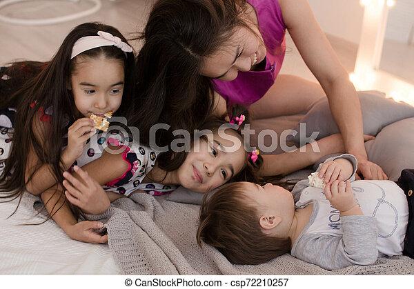 Una familia joven con niños pequeños. El concepto de una gran familia feliz. Abrazos de seres queridos - csp72210257