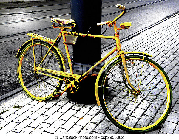Una bicicleta amarilla - csp2955362