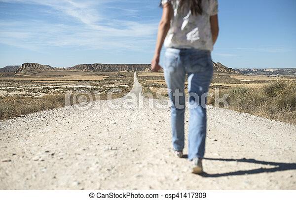 Mujer con jeans caminando - csp41417309