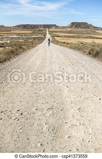Mujer con jeans caminando - csp41373559
