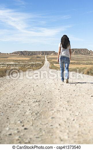 Mujer con jeans caminando - csp41373540