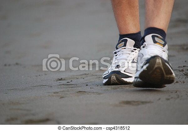 Hombre caminando por la playa - csp4318512