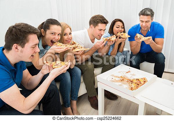 amici, consumo pizza - csp25224662