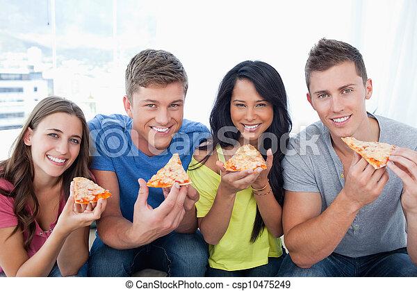 amici, pizza, circa, essi, loro, sguardo, macchina fotografica, mangiare - csp10475249