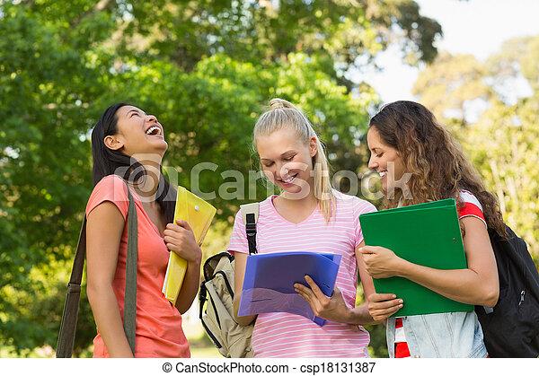 amici, università università, femmina, felice - csp18131387