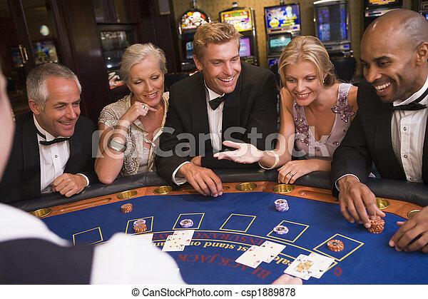 Grupo de amigos jugando blackjack en el casino - csp1889878