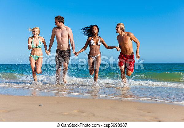 amigos, executando, férias praia - csp5698387