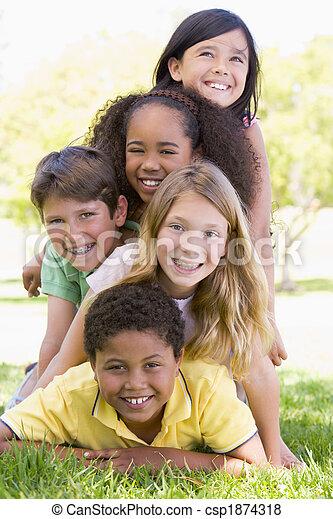 Jóvenes amigos al aire libre - csp1874318