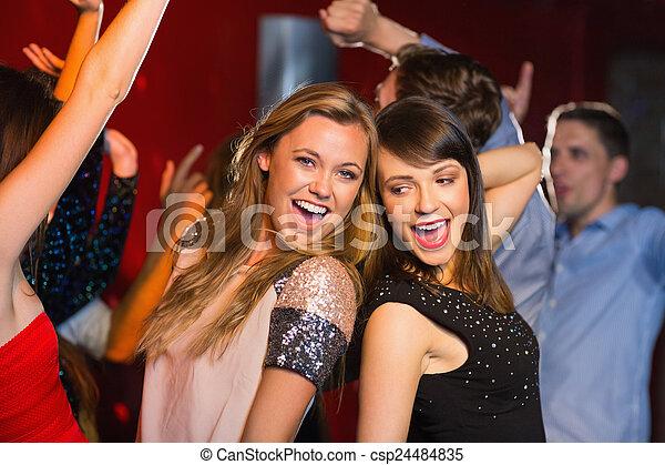 Amigos felices divirtiéndose juntos - csp24484835