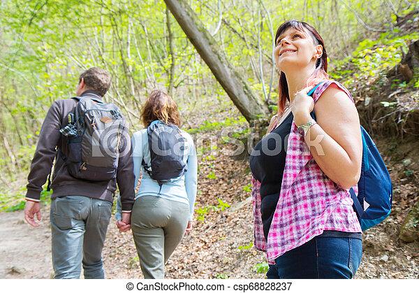 amis, groupe, forêt, randonnée - csp68828237