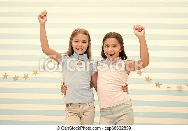 Mejores amigos. Las chicas felices se abrazan como mejores amigas. Amistad de niñas pequeñas. Reunión con el mejor amigo - csp68632839
