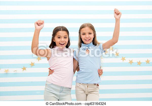 Mejores amigos. Las chicas felices se abrazan como mejores amigas. Amistad de niñas pequeñas. Reunión con el mejor amigo - csp63164324