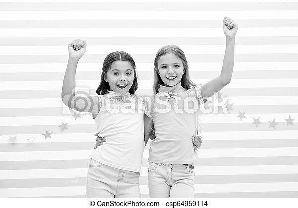 Mejores amigos. Las chicas felices se abrazan como mejores amigas. Amistad de niñas pequeñas. Reunión con el mejor amigo - csp64959114