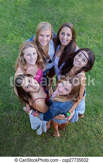 Grupo de adolescentes sonrientes, amistad - csp27735632