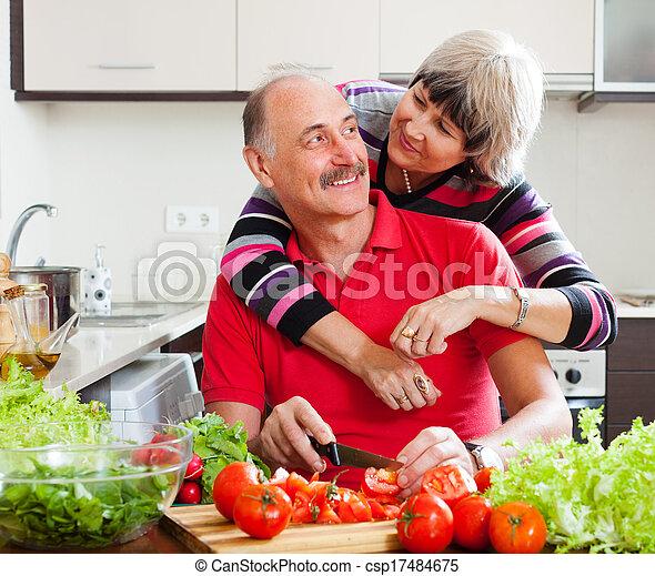 Amando a la pareja de ancianos cocinando juntos - csp17484675