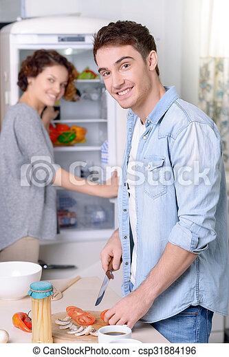 Una pareja encantadora cocinando juntos - csp31884196