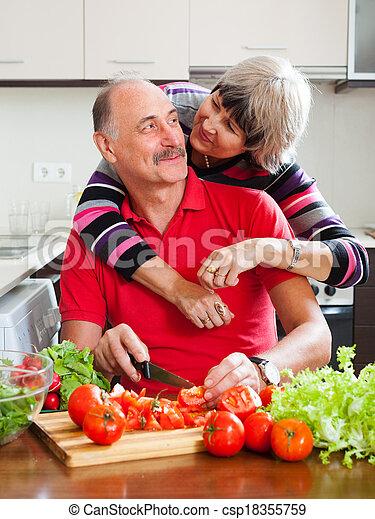 Amando a la pareja madura cocinando juntos - csp18355759