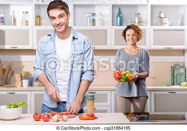 Una pareja encantadora cocinando juntos - csp31884185