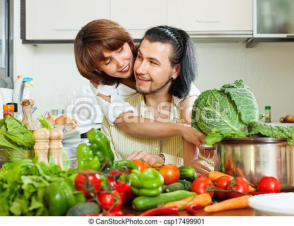 Una pareja encantadora cocinando verduras - csp17499901