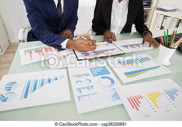 analysiert, schaubilder, businesspeople, tabellen - csp36326681