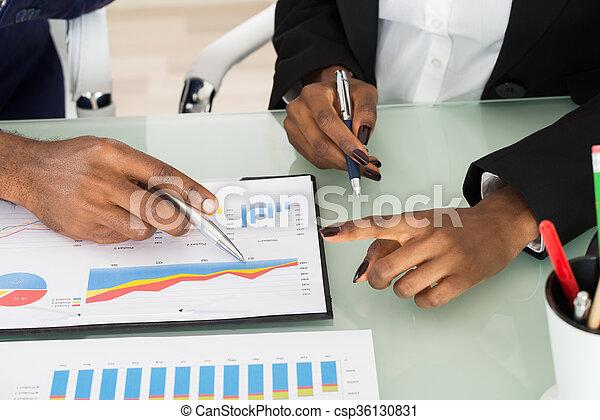 analysiert, schaubilder, businesspeople, tabellen - csp36130831
