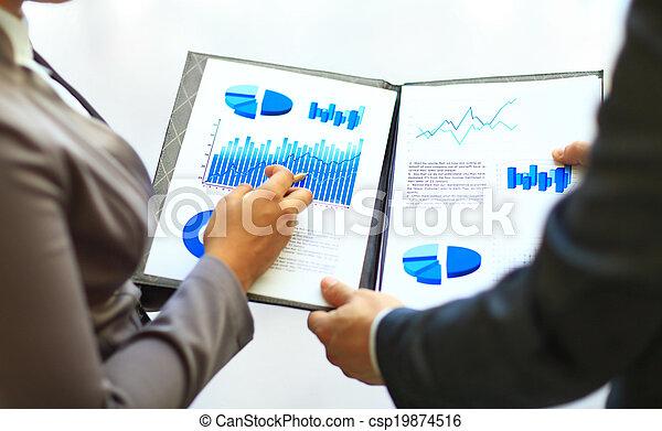 Graphen und Diagramme analysiert - csp19874516