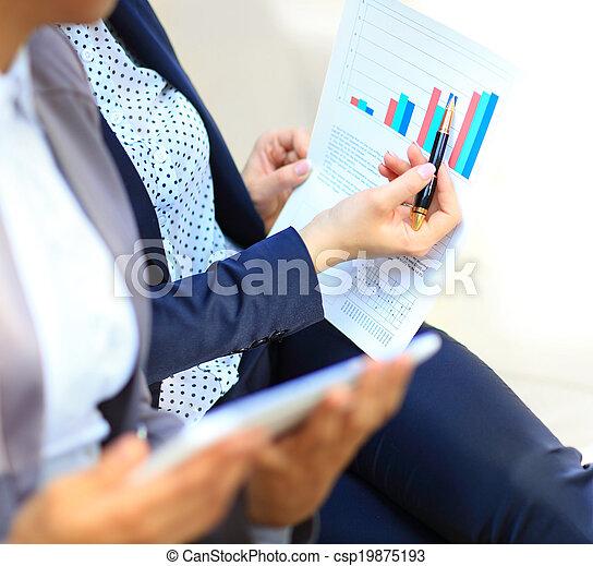 analysiert, schaubilder, tabellen - csp19875193