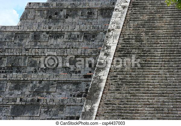 Ancient Mayan pyramid in Chichen-It - csp4437003