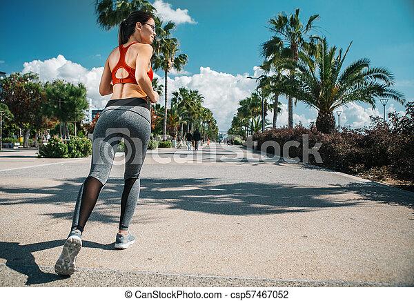 anfall, malerisch, heiter, rennender , pfad, entlang, m�dchen - csp57467052